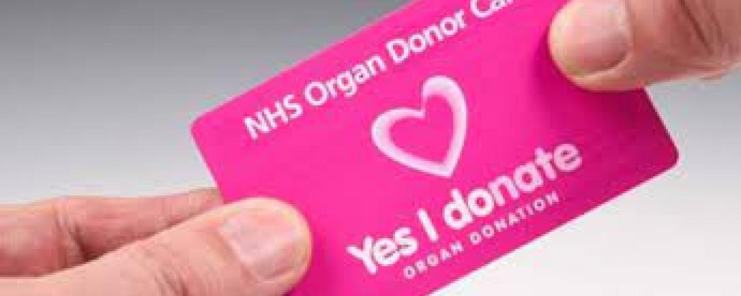 Two_hands_holding_organ_donor_card
